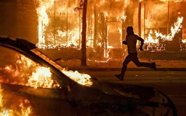 米国の一部で抗議活動が過激化している(5月30日、ミネソタ州)=AP