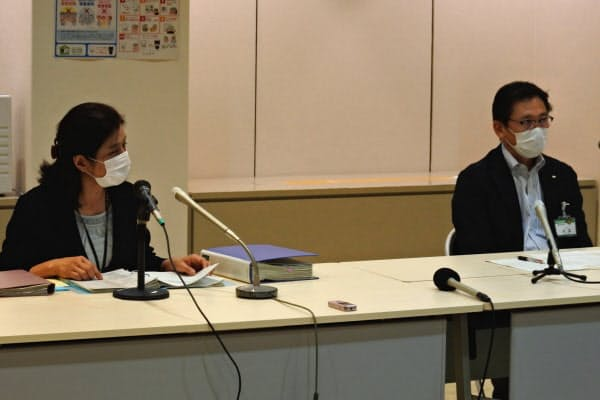 新規感染者の確認を報告する北九州市保健福祉局の永富秀樹局長(右)ら(31日夜)