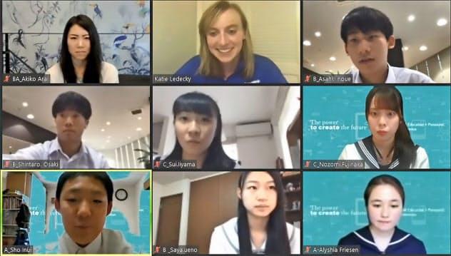 ケイティ・レデッキーさん(上段中央)とオンラインで交流する日本の中高生(ユーチューブから)=共同