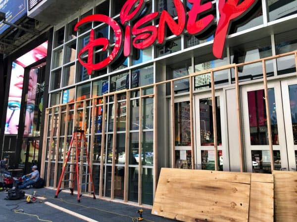 タイムズスクエアの店舗は略奪を防ぐためにショーウインドーを板で覆った(31日、米ニューヨーク)
