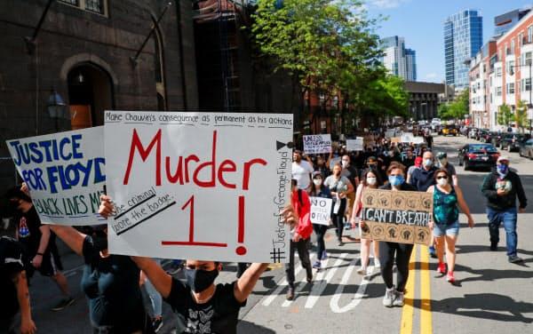 抗議活動は全米75都市に広がった(31日、米ボストン)=ロイター