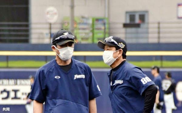 練習を見守る日本ハムの栗山監督(右)=千葉県鎌ケ谷市(同球団提供)