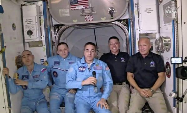 国際宇宙ステーションに到着した米国人飛行士(右の2人)=NASA提供・AP