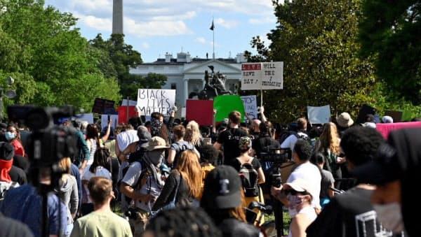 ホワイトハウス(奥)周辺に集まった黒人死亡事件への抗議デモ参加者(5月31日、米首都ワシントン)=ロイター
