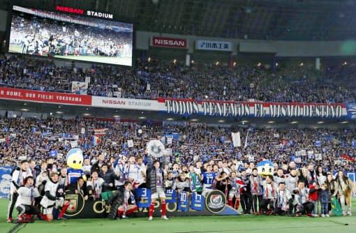 2019年、Jリーグを制した優勝の横浜F・マリノスイレブン。コロナ禍を機に世界で一番社会に愛されるリーグとしてJリーグは認知される可能性がある=共同