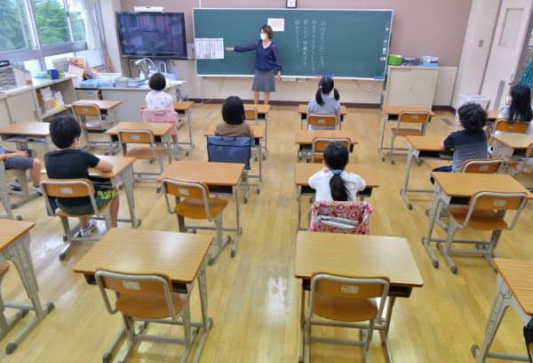 分散登校し、間隔を空けて座る児童(1日、東京都豊島区)