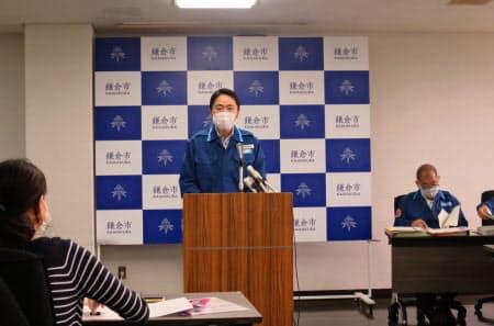 海水浴場の開設断念を説明した鎌倉市の松尾崇市長(1日)