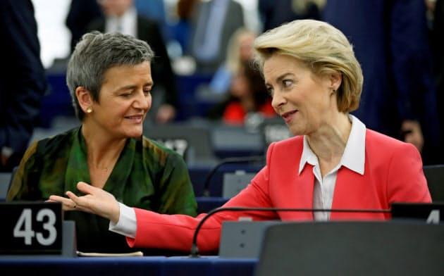 EUの競争法を担当してきたベステアー上級副委員長(左)と、加盟各国の競争条件を同じにすべく5月27日に7500億ユーロの基金創設を発表したフォンデアライエン欧州委員長=ロイター