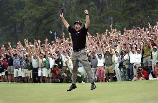 2004年のマスターズ・トーナメントで優勝して喜ぶミケルソン。その人気は当時も今も変わらない=AP