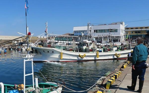 漁場へ向け出港するイカ釣り漁船(1日朝、北海道函館市)