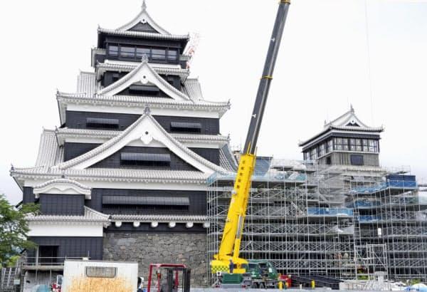 復旧工事中の熊本城(1日、熊本市)=共同