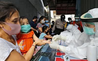 新型コロナウイルスの感染拡大により新興国の財政悪化が懸念される(5月、インドネシア)=AP