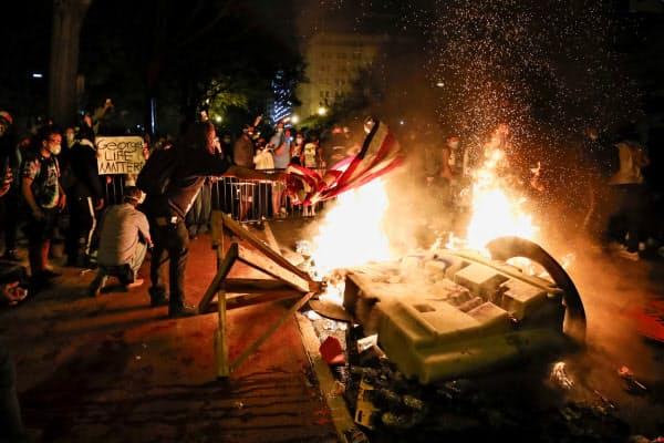 デモの過激化で、ホワイトハウス周辺でも放火が発生した(5月31日、ワシントン)=AP