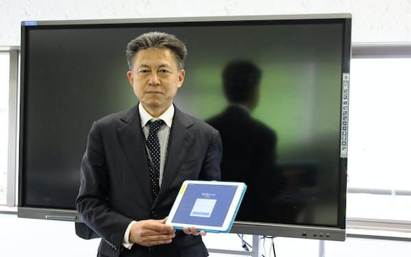 熊本市の小中学校に配備しているタブレットを手にする市教育センターの本田裕紀副所長
