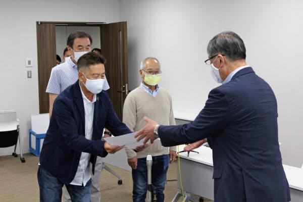 各組合は藤沢市長宛てに今夏の海水浴場の開設断念を報告した(1日、藤沢市)