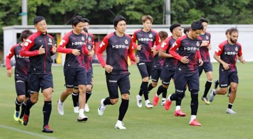 全体練習でランニングする名古屋の選手ら(1日、愛知県豊田市)=共同