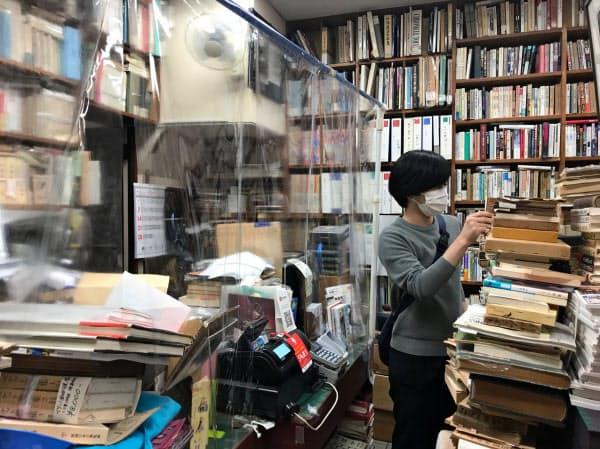 東京・神保町の古書店は、飛沫防止のためのビニールシートを設置して店舗での営業を再開した(1日)