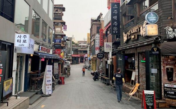ナイトクラブでの集団感染が発生し、繁華街は閑散としたまま(5月、ソウル市)=ロイター