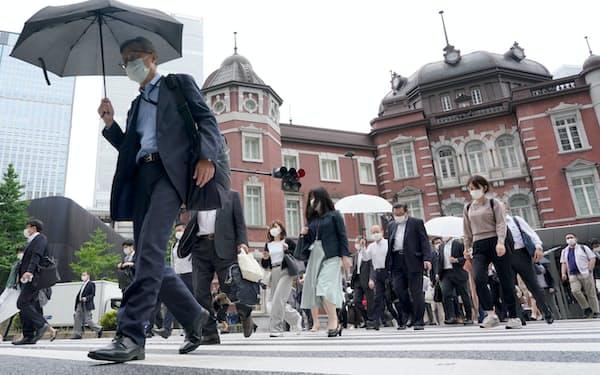 マスク姿で通勤する人たち(1日、東京・丸の内)