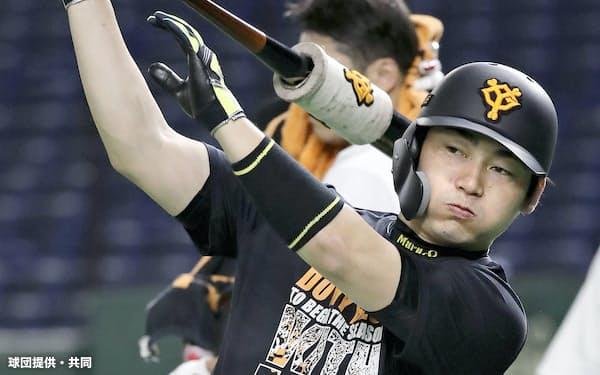 練習する巨人・丸(1日、東京ドーム)=球団提供・共同