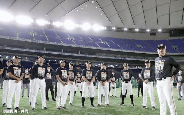 ナインに話をする巨人・原監督=右端(1日、東京ドーム)=球団提供・共同