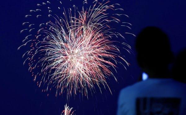 「悪疫退散」を祈願し、事前に場所を公表せずに打ち上げられた花火(1日、福岡市、多重露光)=共同