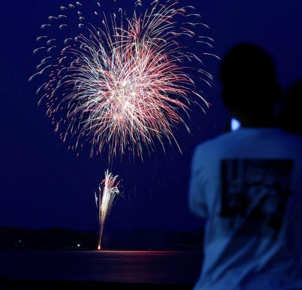 「悪疫退散」を祈願し、事前に場所を公表せずに打ち上げられた花火(6月1日、福岡市、多重露光)=共同