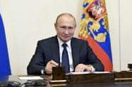 プーチン氏は新型コロナで延期した改憲法案の全国投票を7月1日に実施すると表明した(1日、モスクワ郊外)=AP
