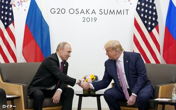 トランプ氏(右)はプーチン氏との電話協議でロシアをG7サミットに招待する意向を伝えた(2019年6月、大阪で開かれた米ロ首脳会談)=ロイター