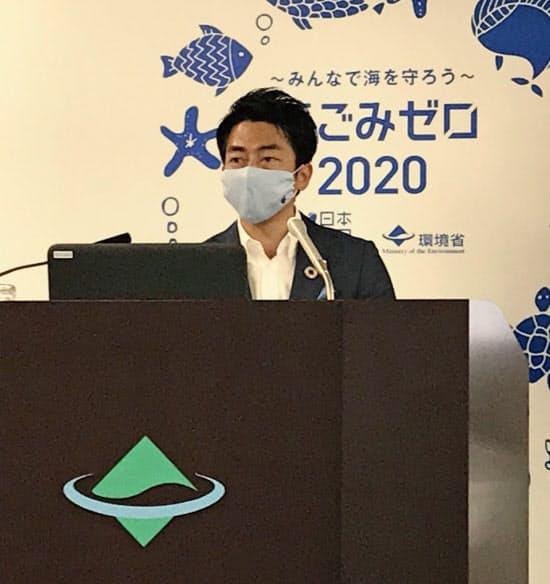 小泉環境相は脱炭素社会への移行には国際協調が欠かせないと強調した(2日、環境省)
