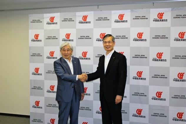 中経連の新会長に就任した水野氏(右)と前会長の豊田氏(2日、名古屋市)