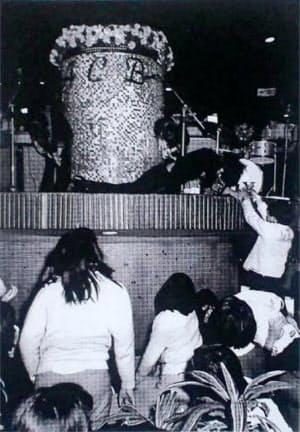 歌唱中にステージで倒れる筆者(東京・銀座ACBで)