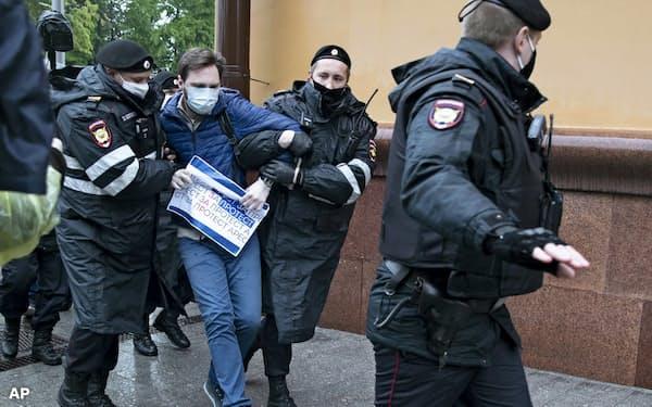 5月29日、モスクワ市警察本部前で拘束された抗議行動の参加者=AP