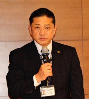 最高裁での弁論後に記者会見する千代松・泉佐野市長(2日、東京都千代田区)