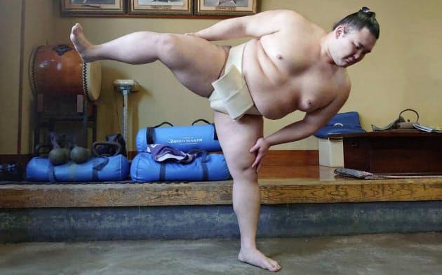 稽古する朝乃山(東京都墨田区の高砂部屋)=日本相撲協会提供・共同