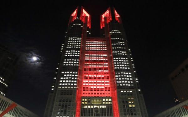 「東京アラート」が発動され、赤色に点灯された東京都庁(2日、東京都新宿区)