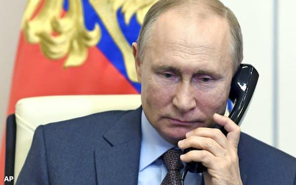 プーチン氏は核兵器保有の基本方針を定めた国家指針に署名した(2日、モスクワ郊外)=AP