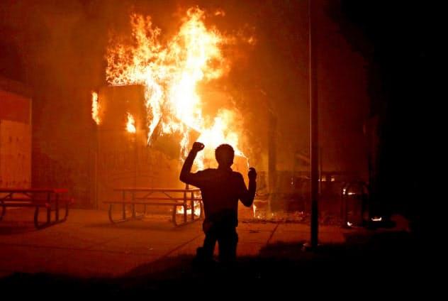 黒人死亡事件が起きた米ミネソタ州ではデモ隊が暴徒化して放火も起きた(5月29日)=ロイター