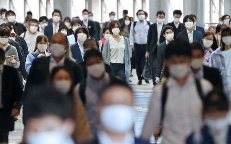 マスク姿で通勤する人たち(5月22日、東京都港区のJR品川駅)