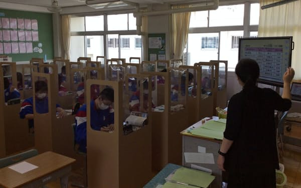 段ボールの仕切りを設置した授業(5月下旬、福島県南相馬市の原町第一中学校)