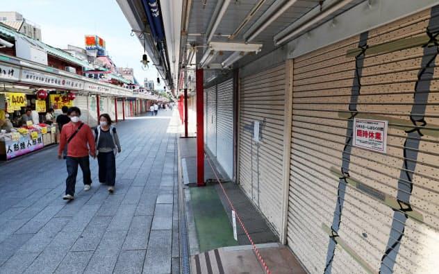多くの店舗が臨時休業し、人通りの少ない東京・浅草の仲見世通り(5月17日)