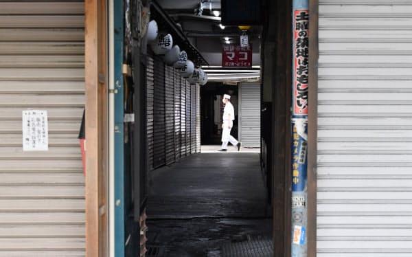臨時休業で店舗のシャッターが閉められ、閑散とする築地場外市場(5月31日、東京都中央区)