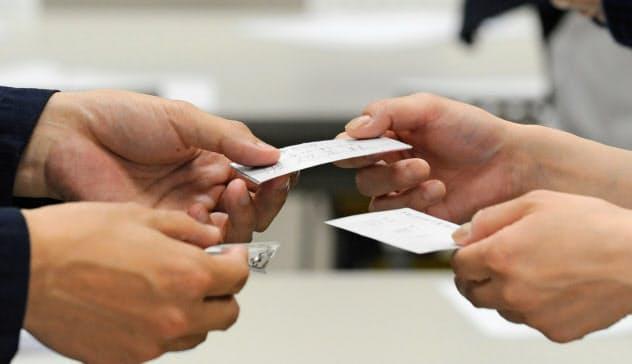 名刺交換から始まる対面営業は変化を迫られる