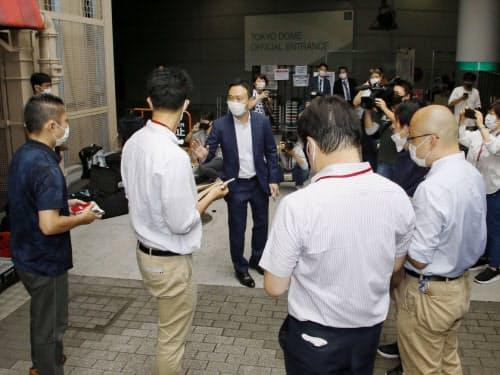 西武との練習試合の中止を報道陣に伝える巨人の関係者=中央(3日、東京都文京区の東京ドーム)