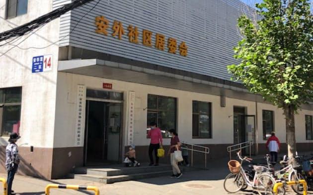 社区を運営する居民委員会。入り口右側には共産党の赤字の看板が掲げられている(5月20日、北京市朝陽区)