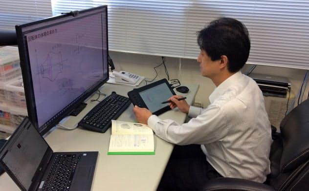 苫小牧高専の遠隔授業はオンデマンドとライブを組み合わせた(授業中の村本充教授)