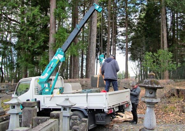 栃木県日光市の墓地での墓石撤去の様子(NPO法人やすらか庵提供)