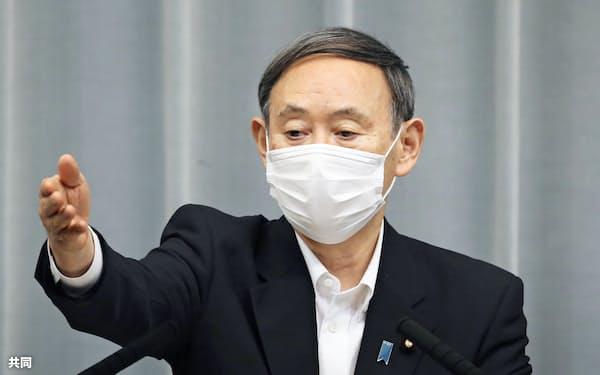記者会見する菅官房長官(3日、首相官邸)=共同