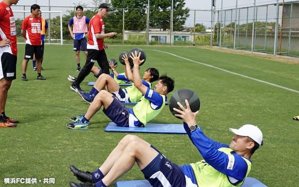 練習する横浜FCの三浦(下)ら(3日、横浜市)=横浜FC提供・共同