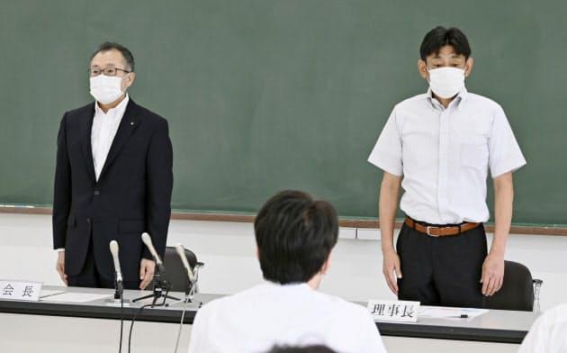 大分県独自の代替大会開催を決め、記者会見に臨む県高野連の会長(左)と理事長(3日午後、大分市)=共同